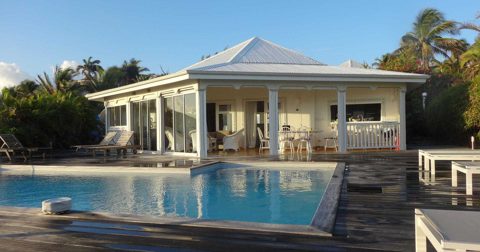Large terrasse en teck et piscine à débordement